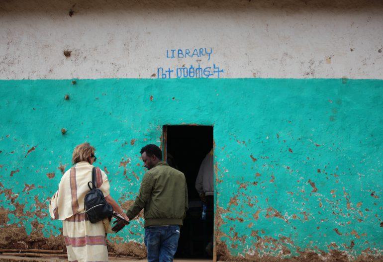 Die Bücherei in der GORCHE Mountain School wird verschönert
